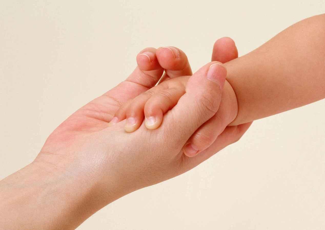 Рука протянутая ребенку фото